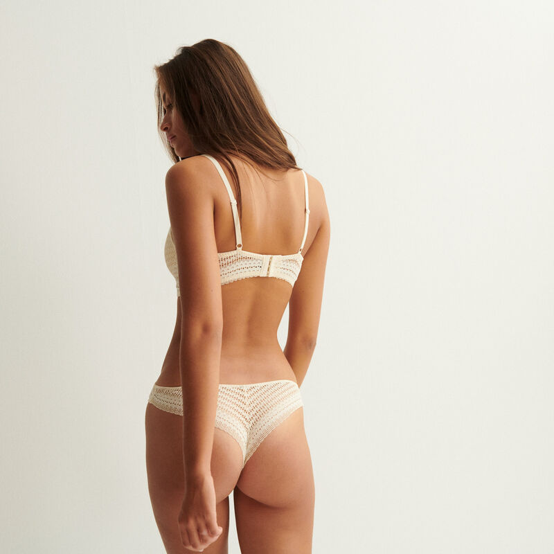 Cheeky panties in fine lace - off-white;