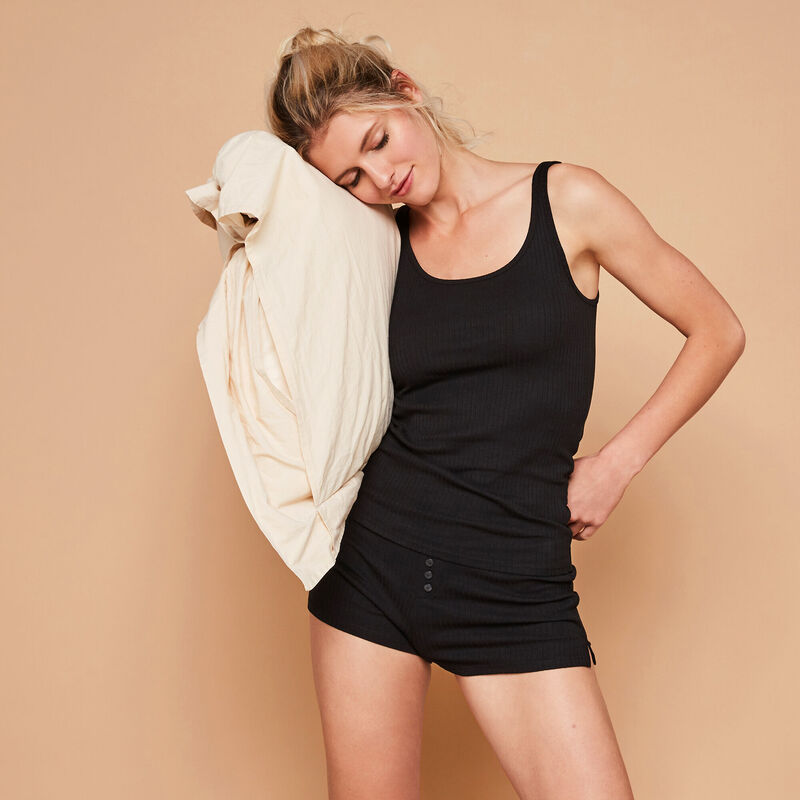 Newdebidiz black shorts;