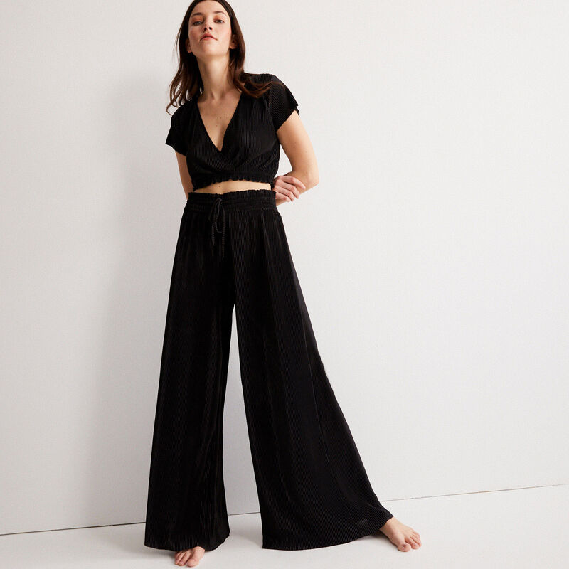 short-sleeved wrapover pleated top - black;