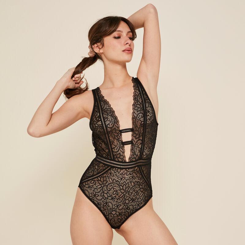 Sayiz black bodysuit;